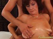 Пацан массирует сисяндры зрелой бабы ради секса в волосатую дыру